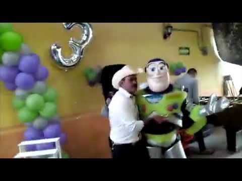 Buzz Lightyear ser de fotos en fiesta infantil thumbnail