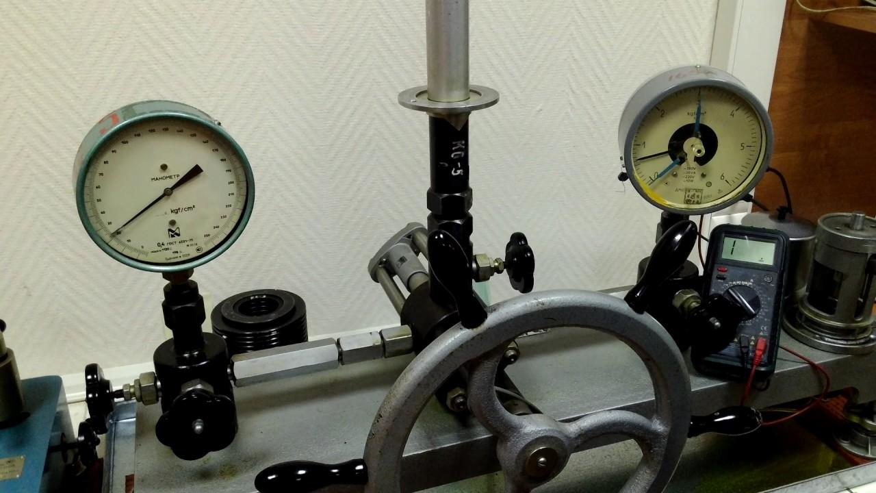 Манометры электроконтактные (манометры сигнализирующие) не только показывают измеренное давление, но также и сигнализируют о достижении его значения заданным пределам. При этом размыкаются или замыкаются контакты, как и у датчиков-реле давления. Обычно у них имеются 2 контактные.