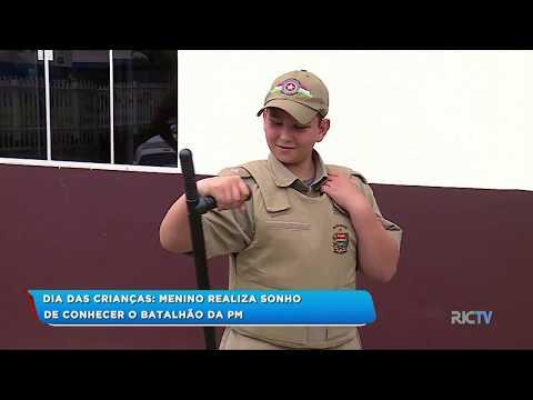 Menino realiza sonho de conhecer o batalhão da PM como presente de Dia das Crianças em Itajaí