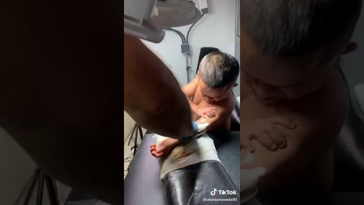 Jorgito el Guayaco tatuandose
