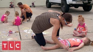 The Quints Decorate the Driveway! | OutDaughtered
