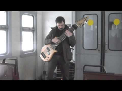 Гитарист музицирует на самодельной 12-струнной гитаре 01.02.2015 в электричке на Павловск