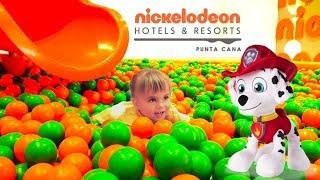 Оливия и Маршалл играют в игровой комнате в детском отеле Nickelodeon Suites Resort Punta Cana