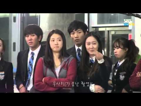 Krystal - Park Shin Hye thích thú nhìn trai đẹp oánh nhau