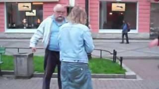 Пьяные девки подрались со стариками.