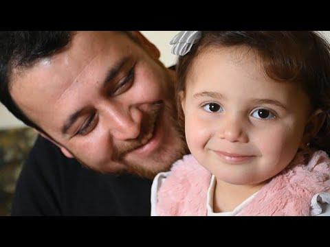 شاهد: سلوى تضحك لكل غارة.. قصة أب وصغيرته يواجهان شدائد الحرب بالضحك …  - نشر قبل 3 ساعة