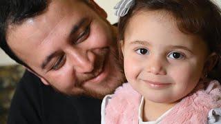 شاهد: سلوى تضحك لكل غارة.. قصة أب وصغيرته يواجهان شدائد الحرب بالضحك …