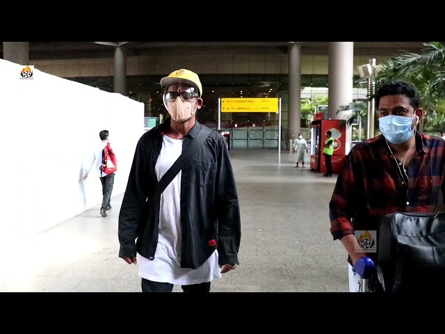 लोगो को हमेशा हंसाने वाले स्टैंड-अप कॉमेडियन सुनील ग्रोवर spotted at airport
