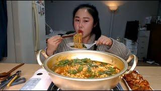 실시간편집본) 열려라 참깨라면에 청양고추 20개 넣어서 실비김치랑 먹방 spicy mukbang