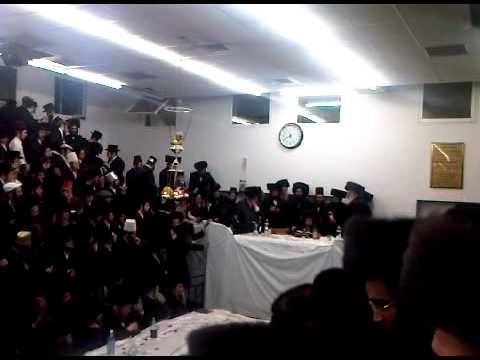 "Rachmastrivka Rebbe Purim tish 5771 אדמו""ר מרחמסטריווקא בפורים תשע""א"
