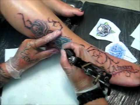 Tatuaje Femenino Nombre Atasara Y Rosas Con Enredadera Pierna Mary