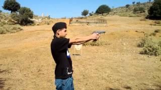 Мальчик стреляет из пистолета !))очень хорошо это