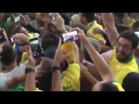 df2a59ed93b Neymar comemora ouro com abraço em Bruna Marquezine - YouTube