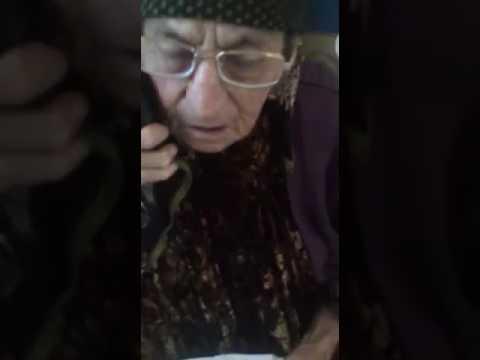 Молодые прикалываются над бабкой
