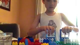 j'essaye de construire une maison en lego duplo