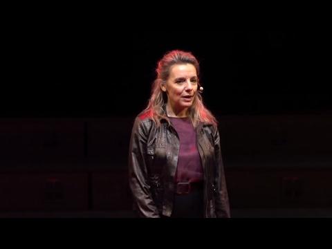 Une éducation critique aux médias & à l'information | Divina Frau-Meigs | TEDxChampsElyseesSalon