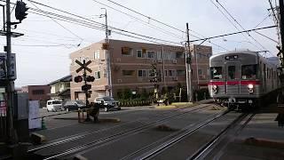 車両変更で運用に就き、警笛を鳴らし本郷駅に到着した、長野電鉄3500系。