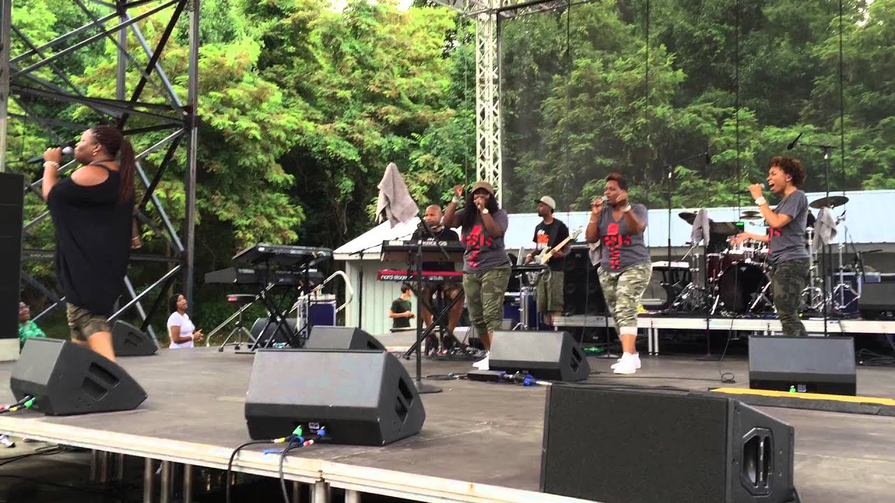 "Download Tasha Cobbs ""Break Every Chain"" Six Flags America Praise In The Park"