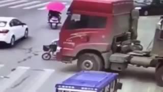 Велосипедистка чудом избежала смерти под колёсами грузовика(, 2016-07-19T10:36:16.000Z)