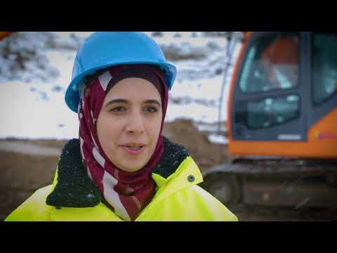 Vägen in - Arbetssökande: Ghalia utbildar sig till maskinförare