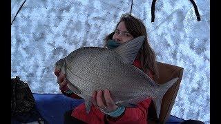 МАША ТЯНЕТ ОГРОМНОГО ЛЕЩА-МОНСТРА!!! Рыбалка 2019. Утомительная борьба и счастливый финал!
