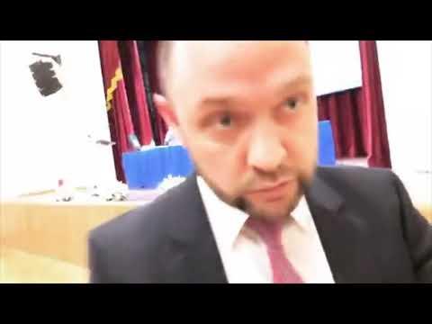 Чиновник толкает блогера во время съемки