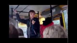 Девушка внезапно исполняет Гимн Украины в общественном транспорте
