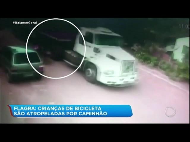 """Caminhão """"arrasta"""" crianças que andavam de bicicleta"""