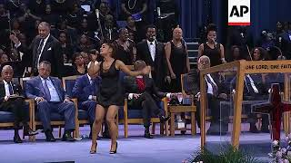 Baixar Ariana Grande performs '(You Make Me Feel Like) A Natural Woman' at Aretha Franklin funeral service