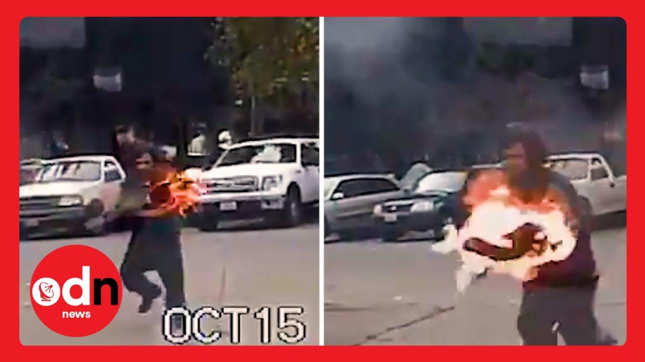 فيديو  رجل ينقضّ بنار مشتعلة على سيارة شرطة و يحرقها عن بكرة ابيها