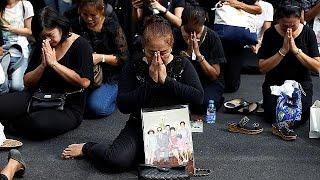 فيديو.. بالملابس السوداء الألاف ينتظرون أمام القصر الكبير لتوديع ملك تايلاند