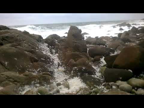 """La marejada deja la costa """"nevada"""" de espuma"""