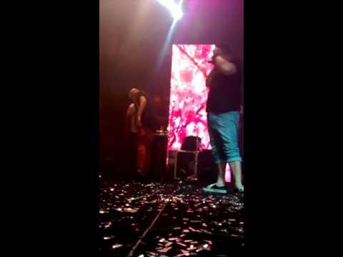 MC GUI atingido por lata no palco