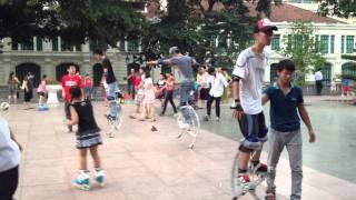 Chơi cà kheo nhún tại công viên Lý Thái Tổ, Hoàn Kiếm