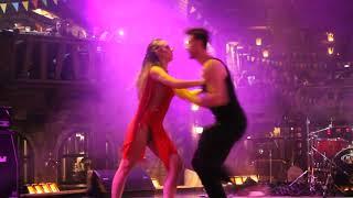 Танцевальное шоу в Балаган Сити