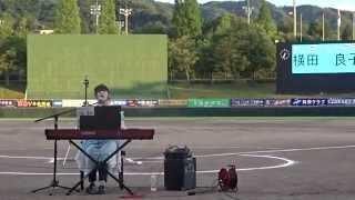 横田良子さん野球場で歌う
