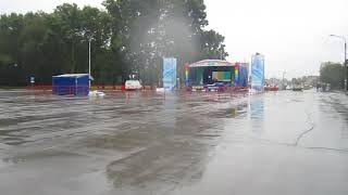 Дождь разогнал горожан с площади Горького в Бердске