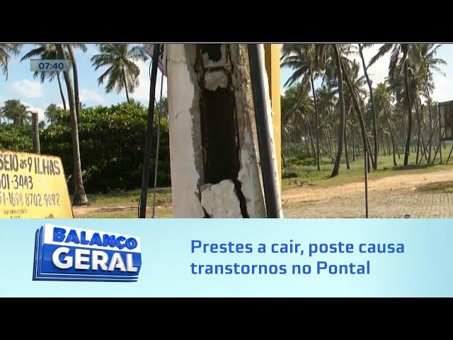 Perigo em Via Pública: Prestes a cair, poste causa transtornos no Pontal da Barra