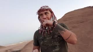 В пустыне кучи мусора, поселение местных кочевников.
