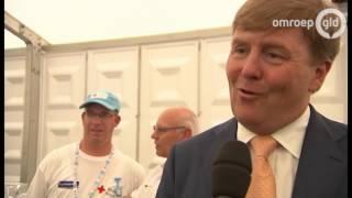 Koning in Cuijk, trots op wandelaars Vierdaagse