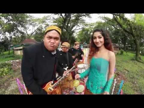 Fisip Meraung feat. Safina Nadisa (Jungkat-Jungkit) -  Setrong (Official Video Clip)