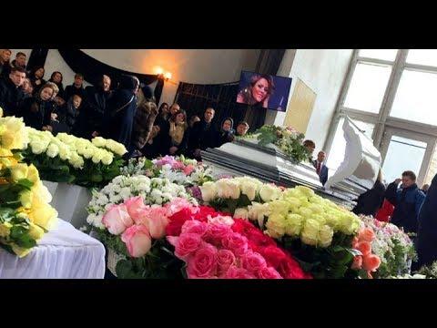 Словно сказочная принцесса: Юлия Началова ослепила красотой, утопая в белоснежных розах среди друзей