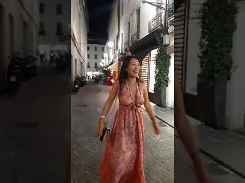 Италия Падуя модные сапожки и короткие платья и юбки сентябрь