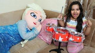शफ़ा संगीत वाद्ययंत्र बजाती है और एल्सा को जगाती है।