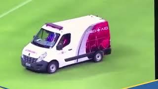 مضحك: لاعبون يدفعون سيارة إسعاف بعد تعطلها بالملعب