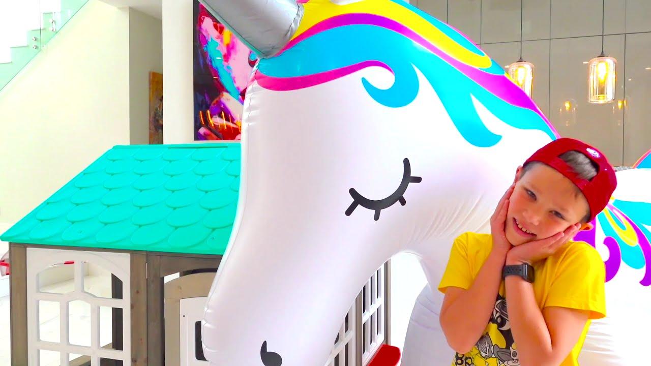 Катя и Макс играют с большими игрушками и распаковывают сюрпризы