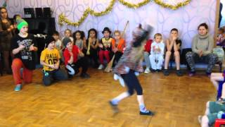 Маша танцует танец первобытного человека)
