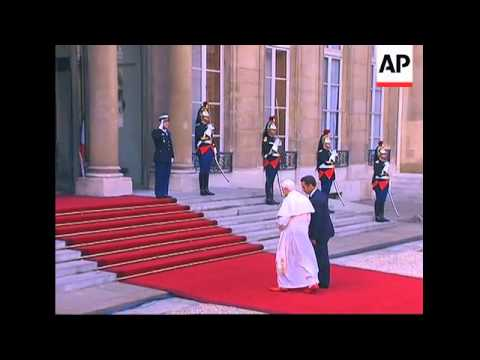 Pope Benedict arrives at Elysee Palace