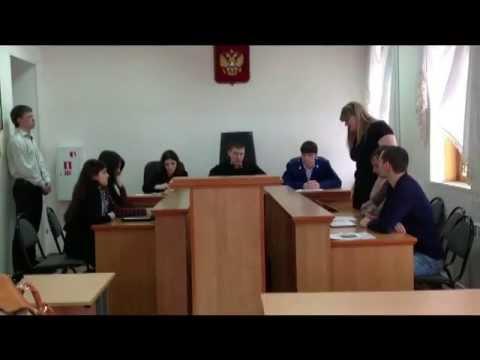 Студенты-юристы играют в судебное заседание. Камилка в роли истца)