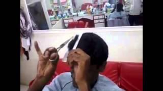 Barbeiro indiano corta o seu próprio cabelo